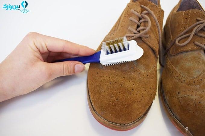 برس کشیدن کفش جیر