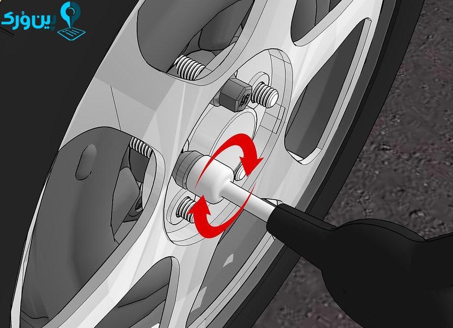 باز کردن پیچ و مهره های روی چرخ با آچار چرخ