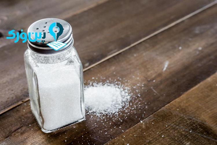 از بین بردن لکه جوهر از روی لباس با نمک