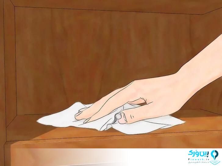 تمیزکردن کابینت چوبی با دستمال خشک