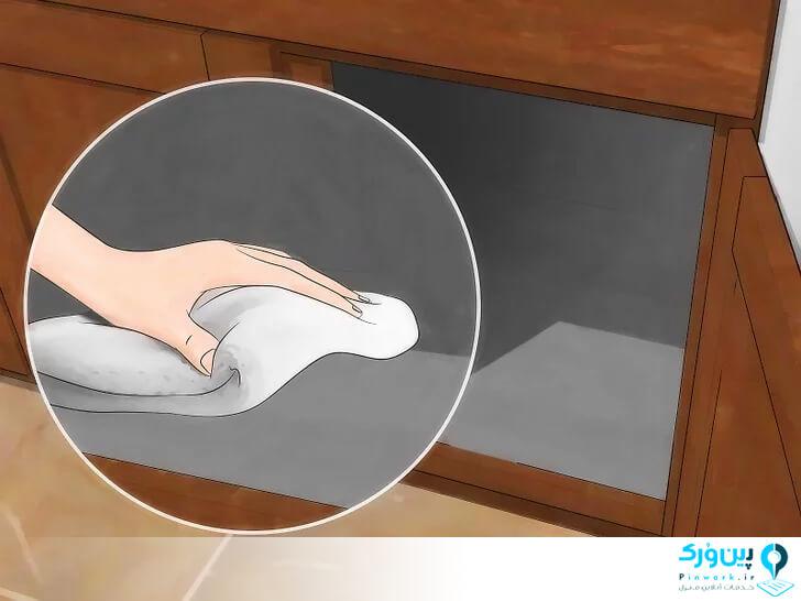 تمیزکردن داخل کابینت چوبی