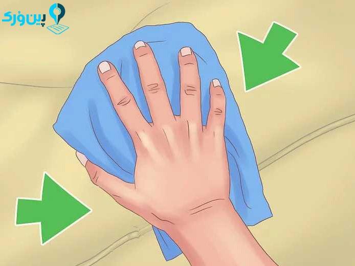 خشک کردن مبل با دستمال