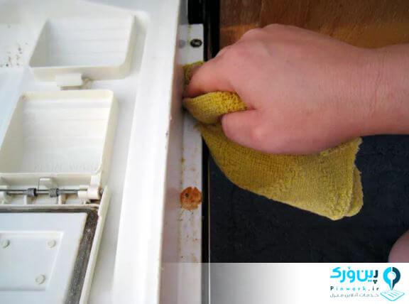 تمیز کردن ماشین ظرفشویی با دستمال