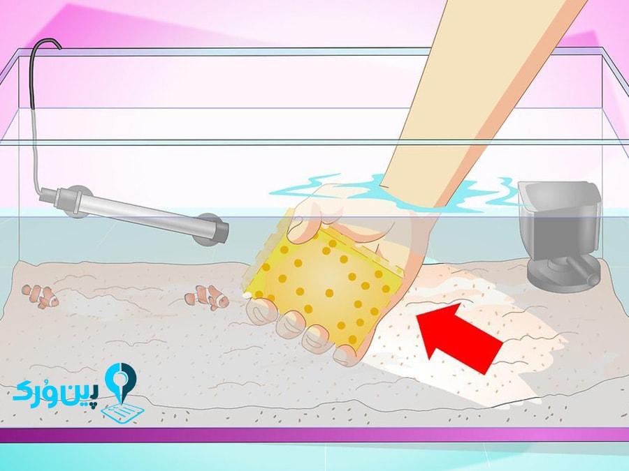پاک کردن شیشه آکواریوم با استفاده از اسفنج